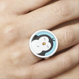 Imagem carnudo bonito do pinguim anéis com fotos