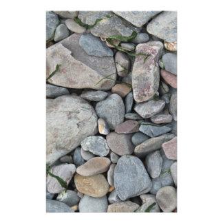 Imagem das pedras em uma praia flyer 13.97 x 21.59cm