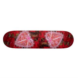 Imagem do coração do laço no cetim vermelho com po skate boards