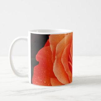 Impressão alaranjado bonito das pétalas caneca de café