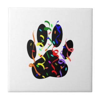 Impressão da pata do cão com confetes e flâmula