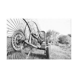 Impressão Em Canvas ancinho velho da fazenda em preto e branco em