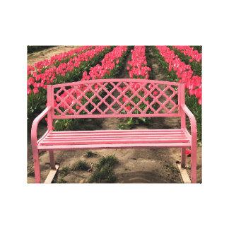 Impressão Em Canvas Banco cor-de-rosa com tulipas cor-de-rosa