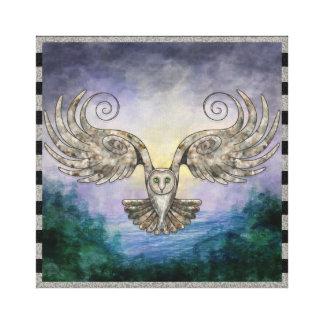 Impressão Em Canvas Coruja em vôo sobre a floresta do pinho no