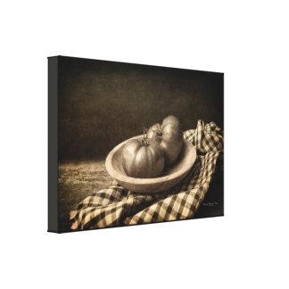 Impressão Em Canvas Dois tomates em um Sepia do vintage da bacia