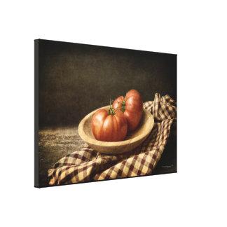 Impressão Em Canvas Dois tomates vermelhos em uma bacia