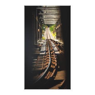 Impressão Em Canvas Tomando um pico na estrada de ferro