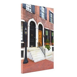 Impressão Em Tela Brown e porta preta na rua de Delancy