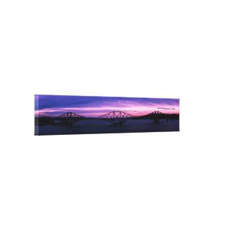 Impressão Em Tela Cerque adiante a ponte na silhueta no por do sol