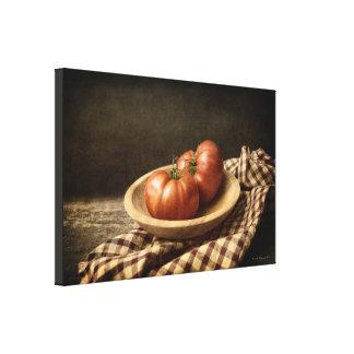 Impressão Em Tela Dois tomates vermelhos em uma bacia