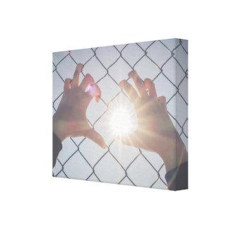 Impressão Em Tela Mãos do refugiado na cerca