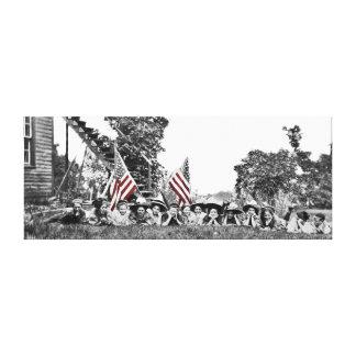 Impressão Em Tela Mulheres do vintage cerca da bandeira 1910