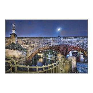 Impressão Em Tela Ponte de Praga Charles com os trilhos na noite