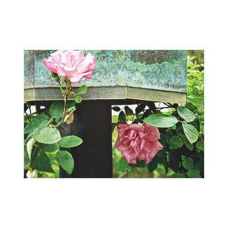 Impressão Em Tela Rosas cor-de-rosa contra o Birdhouse resistido