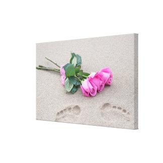 Impressão Em Tela rosas cor-de-rosa e pegadas na areia