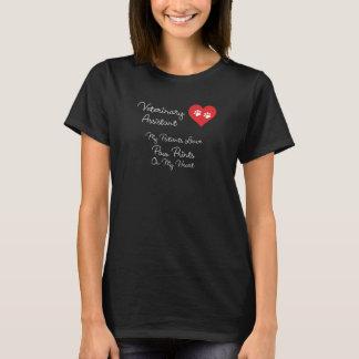 Impressões assistentes veterinários da pata em camiseta