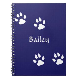 Impressões da pata do cão no modelo azul caderno espiral