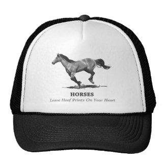 Impressões do casco da licença dos cavalos no cora boné