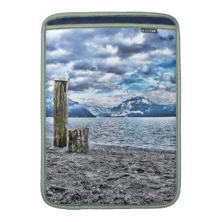 Individualmente esculpem Cloudy day at lake luceti Bolsas De MacBook Air