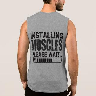 Instalando os músculos, espere por favor - a camisas sem manga