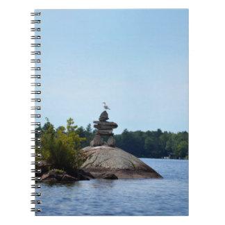 Inukshuk, gaivota, caderno do país da casa de