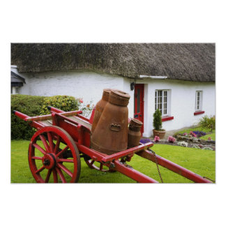 Ireland, Adare. Recipientes do metal no carro e Poster
