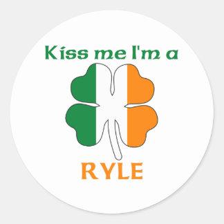 Irlandeses personalizados beijam-me que eu sou adesivo em formato redondo