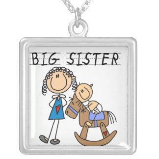 Irmã mais velha com os presentes do irmão do bebê colar com pendente quadrado