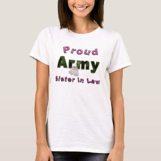Irmã orgulhosa do exército na camisa da lei
