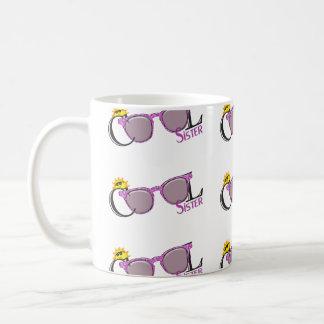 Irmã-sol legal e óculos de sol no branco caneca