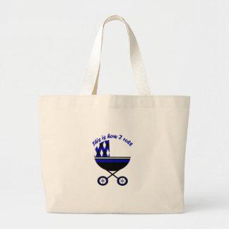 Isto é como eu rolo o carrinho de criança do menin bolsa para compras