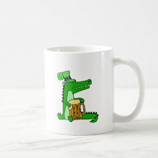 Jacaré engraçado com arte do dia de St Patrick da Caneca De Café