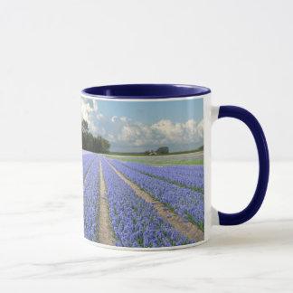 Jacintos azuis em um campo Holland Caneca