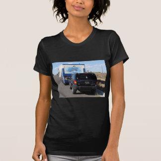 Jipe azul do clássico rv Motorhome do passeio na Tshirt