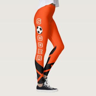 Jogador de futebol alaranjado, branco e preto leggings