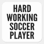 Jogador de futebol de trabalho duro adesivo quadrado
