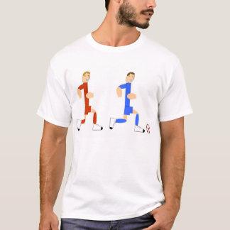 Jogador de futebol que persegue a cara com a bola camiseta