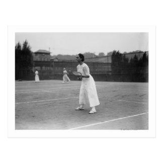 Jogador de ténis da mulher que obtem a fotografia cartão postal