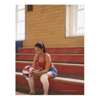 Jogador de voleibol com voleibol cartão postal