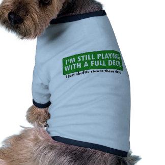Jogo com uma plataforma de cartões completa camisas para cães