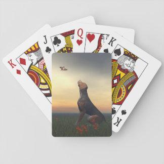 Jogo De Carta Cão tan preto que olha um vôo do pássaro
