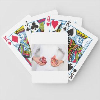 Jogo De Carta Mãos que guardaram o modelo do órgão humano do rim