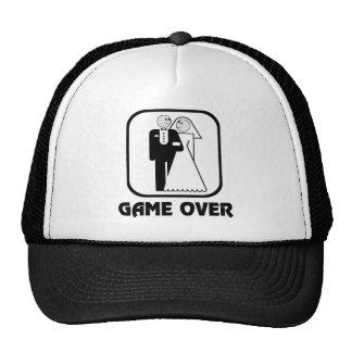 Jogo feliz do casamento sobre o chapéu de boné