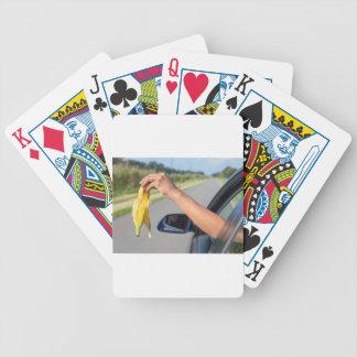 Jogos De Cartas Casca deixando cair do braço da janela de carro da