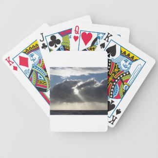 Jogos De Cartas O céu com as nuvens e o sol de cúmulo-nimbo dos