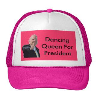 John McCain que dança o chapéu da rainha Boné