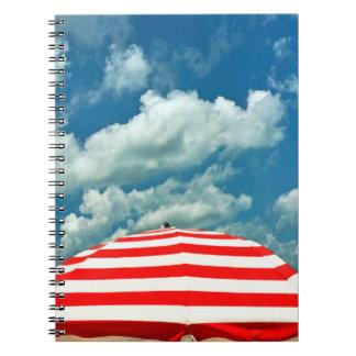 Jornal do caderno do guarda-chuva de praia do céu