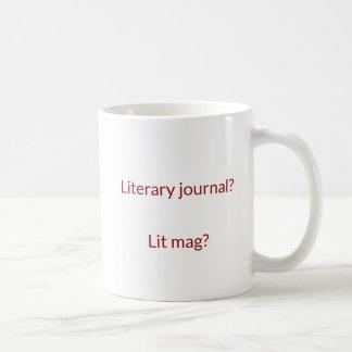 Jornal literário contra a caneca do logotipo do