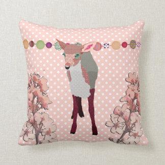 Jovem corça cor-de-rosa bonito da flor de cerejeir travesseiros de decoração