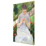 Jovem mulher que Sewing no jardim, c.1880-82 Impressão De Canvas Esticada
